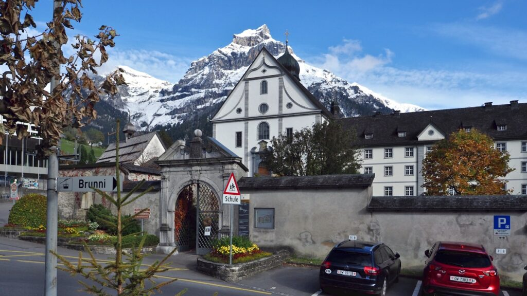 Ausschnitt Kloster Engelberg mit Zwiebelturm vor Berggipfel
