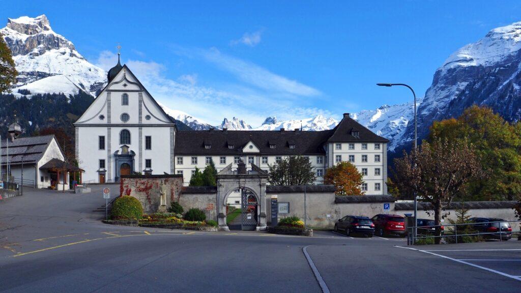 Kloster Engelberg in der Totalen vor schneebedeckter Gipfelkulisse