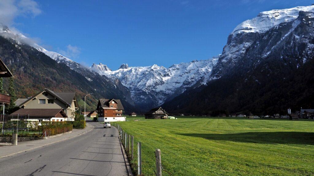 Verschneite Gipfelkulisse mit Wiesental im Vorderung, Engelberg