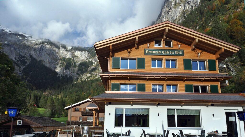 Restaurant Ende der Welt, Horbis, Felswand im Hintergrund