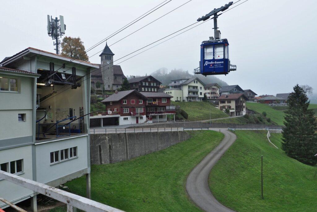 Bergbahnkabine mit Ort/Kirche in Emmetten