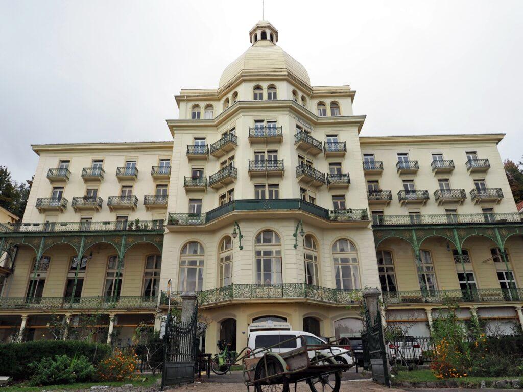Ehemaliges Hotel Sonnebrg in Seelisberg in der Totalen, heute Yogi-Akademie