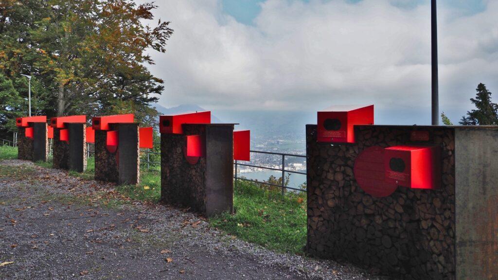 Infostationen auf Aussichtsbalkon