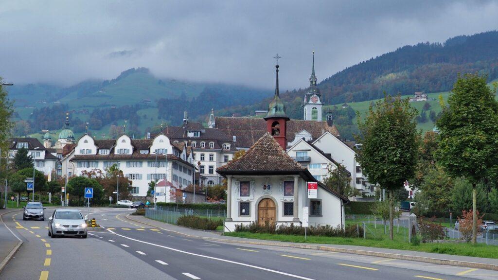 Frontansicht von Schwyz mit Kapelle und Straße im Vordergrund