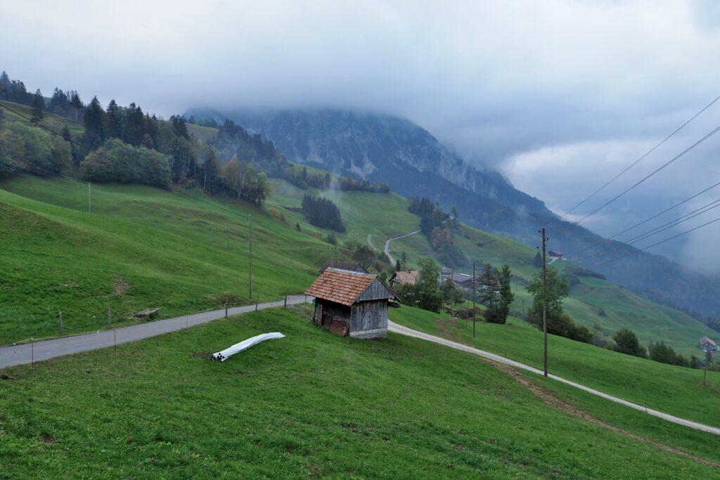 Mostelegg Auffahrt mit Weidehütte und tief hängenden Wolken