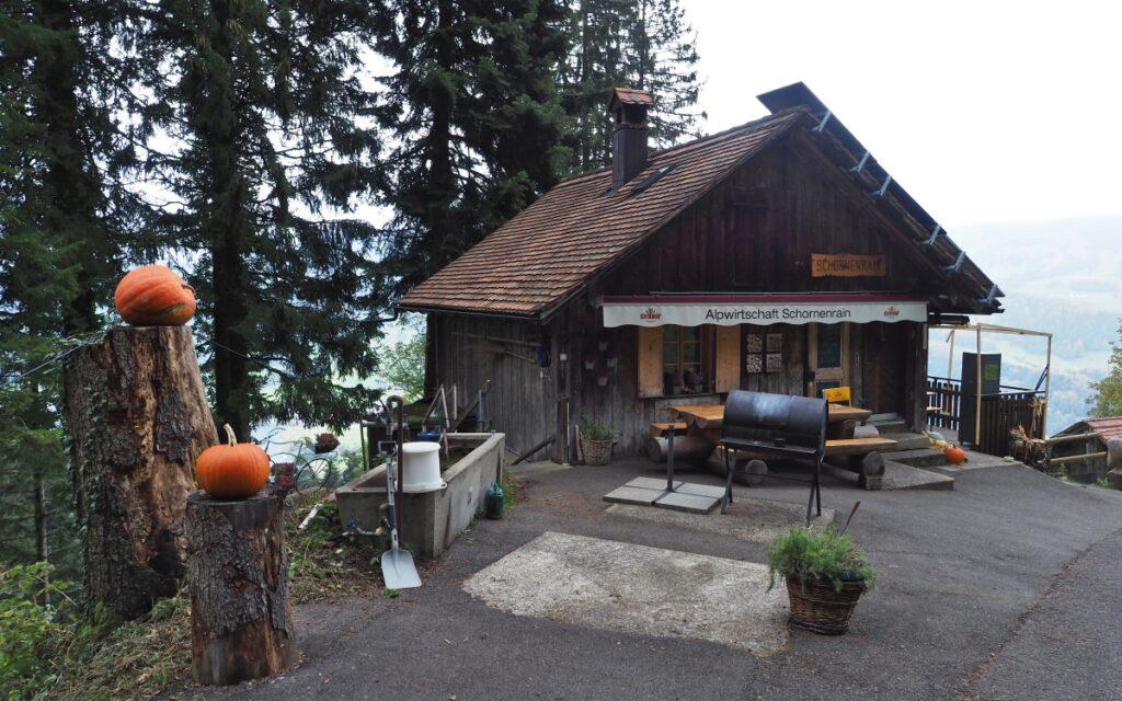 Alpenwirtschaft Schornenrain über Ägerisee mit Kürbisverzierung
