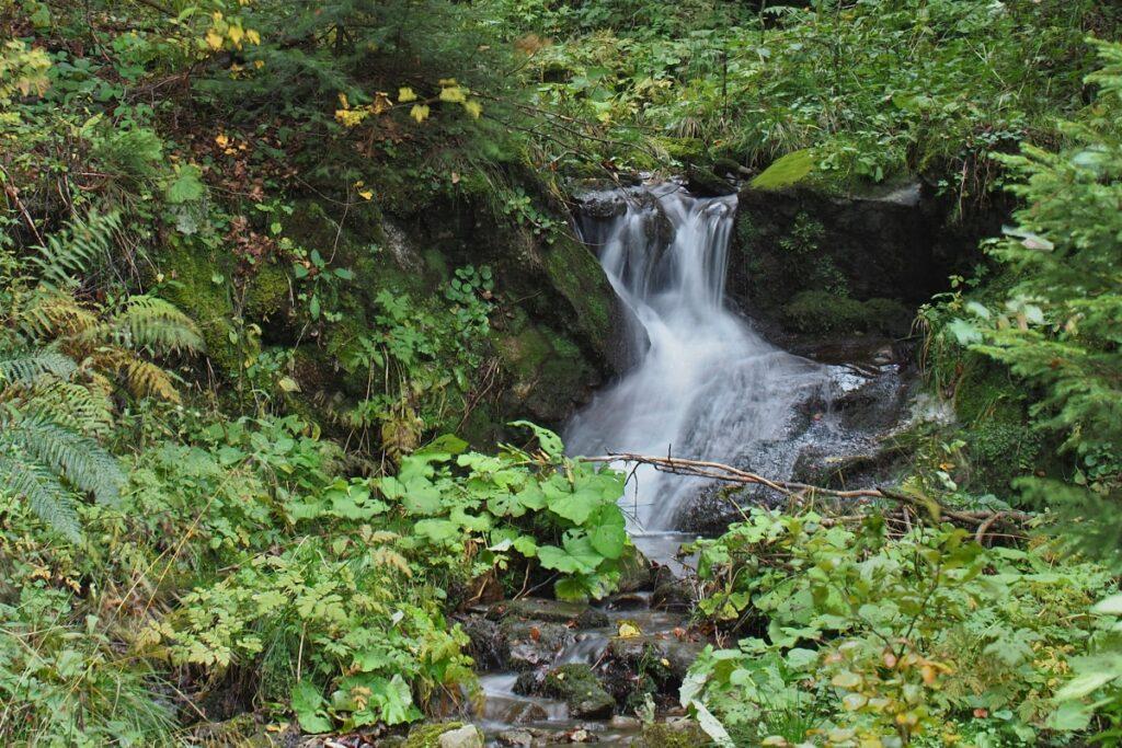 Kleiner Wasserfall mit Fließoptik