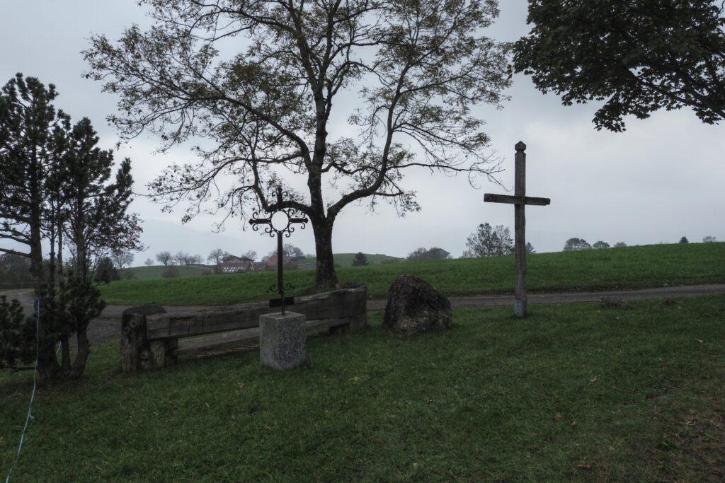 Bank un Kreuz im Regen bei Zugerberg-Plateau