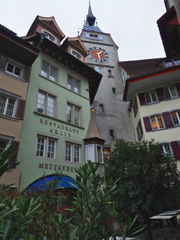 Perspektivisches Hochformat Eingang Altstadt mit Stadttor Zug