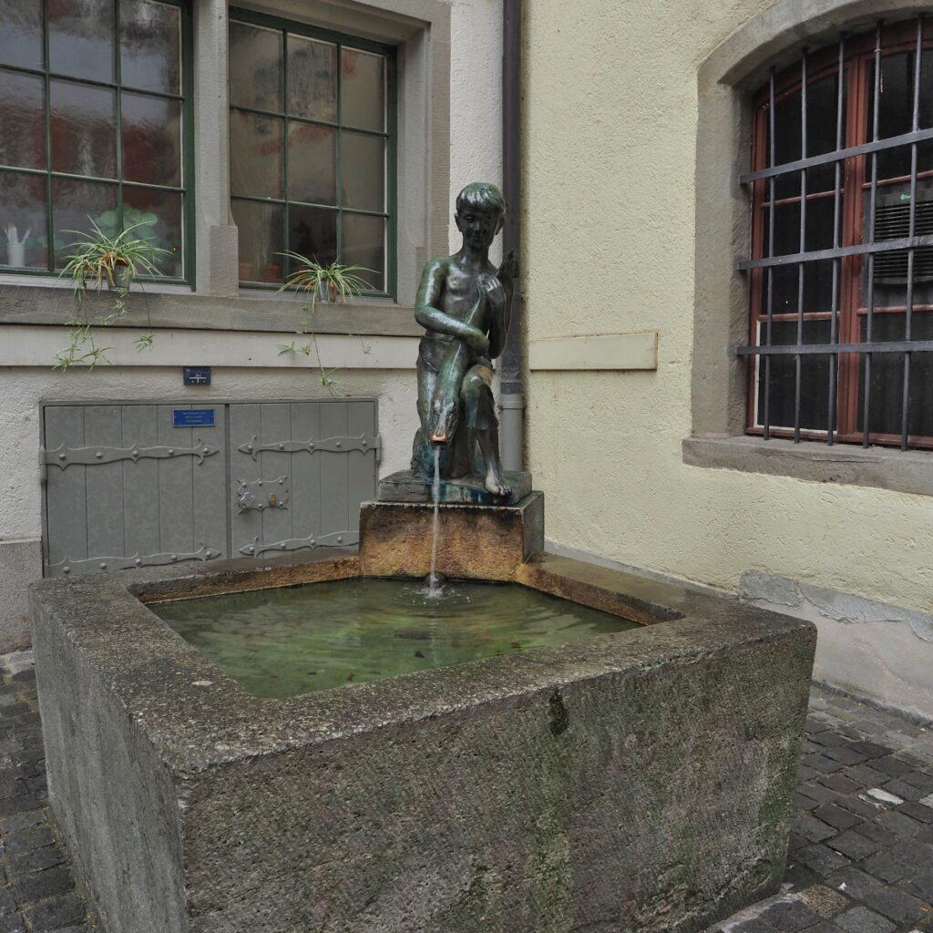 Brunnen mit Junge&Fisch-Skulptur, Zug