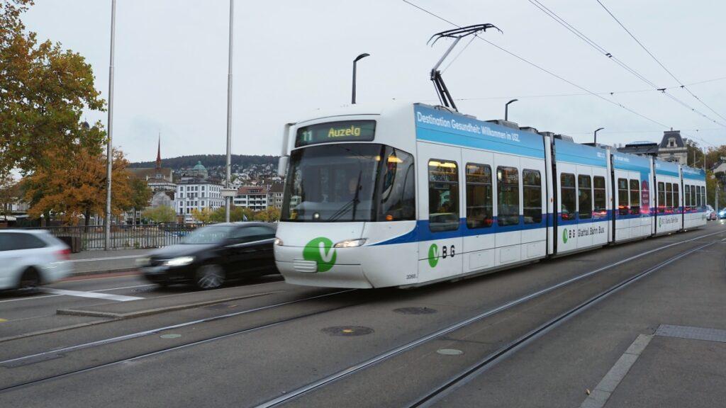 Tram weiß/blau auf Brücke Limmatkai
