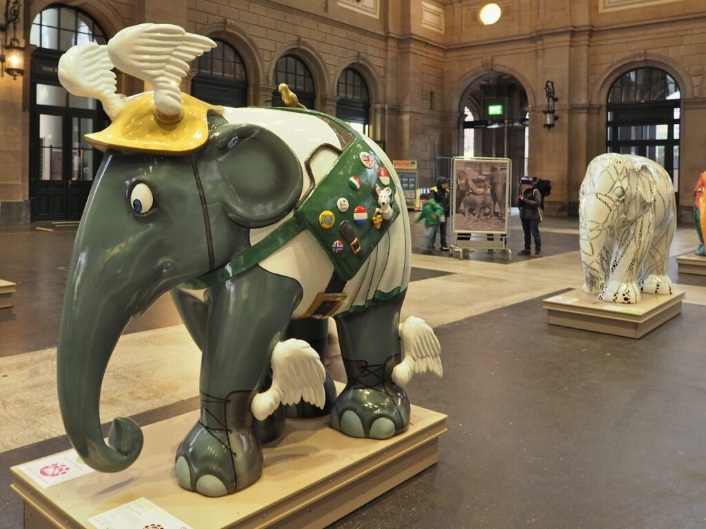 Elefantenskulptur mit Flügelhörnern oliv/beige/gelb