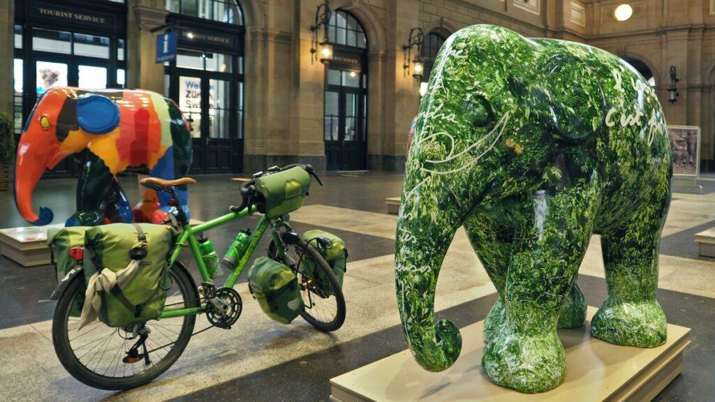 grünes Velo mit grüner Elefantenskulptur