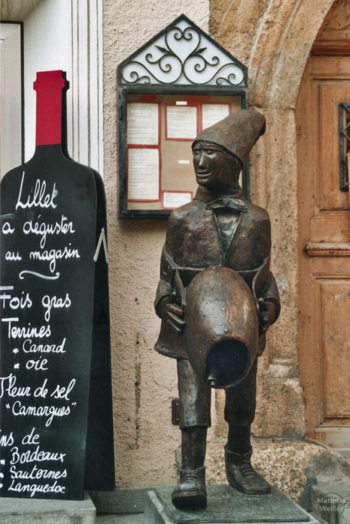 Skulptur Schellen-Ursli mit Glocke, Zuoz