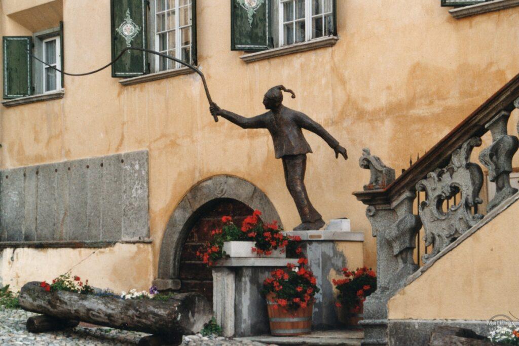 Skulptur Schellen-Ursli mit Peitsche, Zuoz