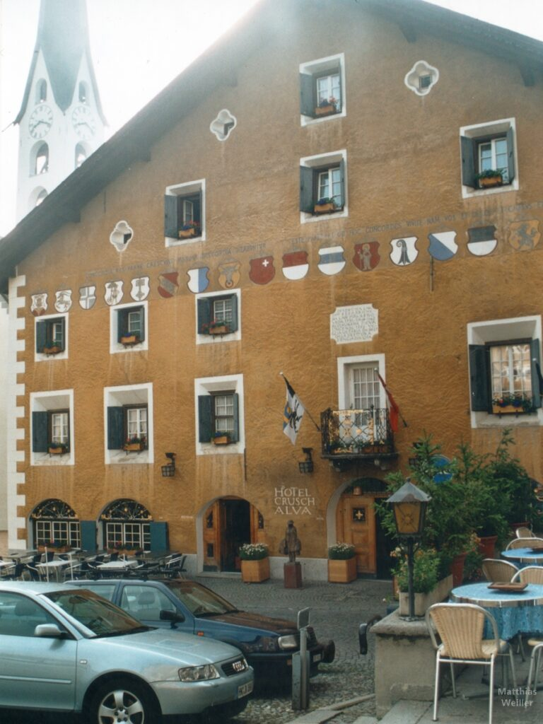 Engadinerhaus, Hotel Crusch Alva, ocker, mit Kantonswappen, Zuoz