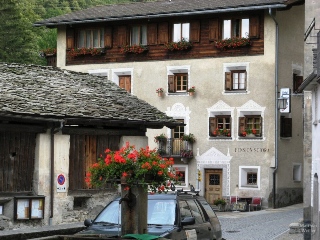 Engadinerhaus, Pension Sciora, grau/weiß, Holzfront oben, Bondo