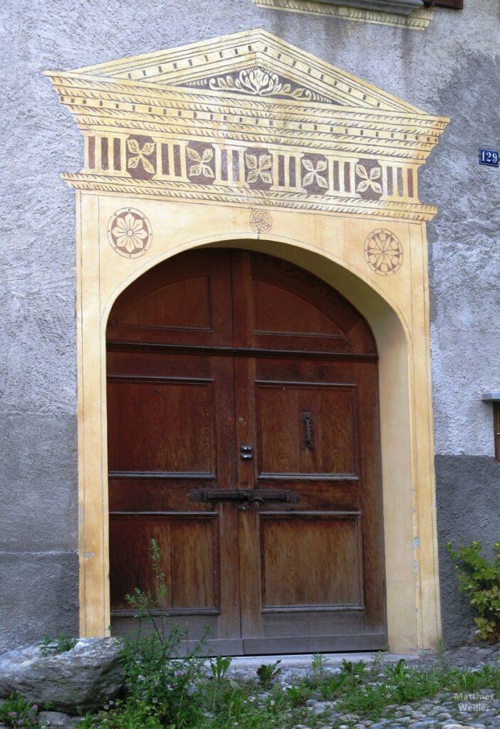 Engadinerhaus, Tür mit Tempelmotivumrandung, Stampa