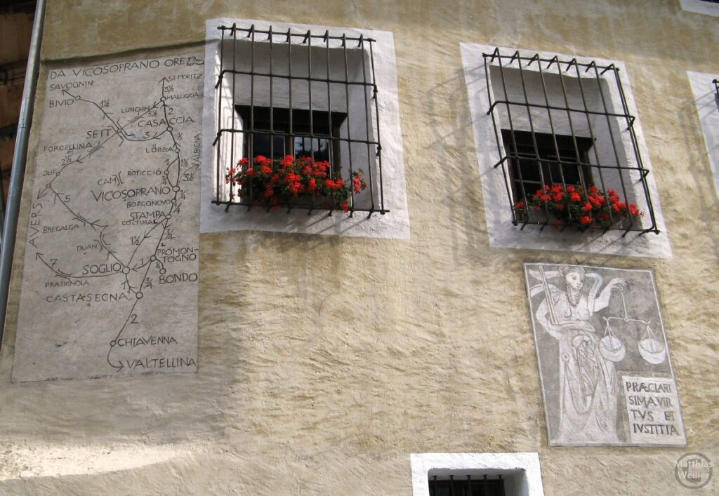 Engadinerhaus, Motive Frau mit Waagschale, Landkarte Bergelltal, weiß/beige, Vicosoprano