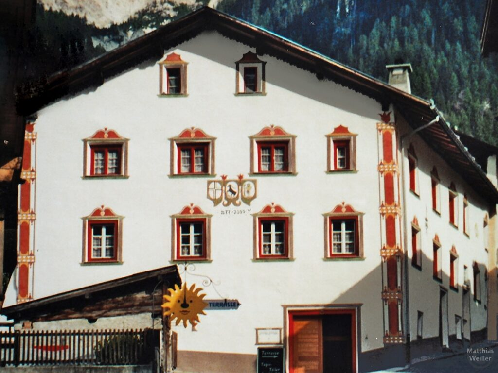 Engadinerhaus, weiß/rot, Santa Maria Val Müstair