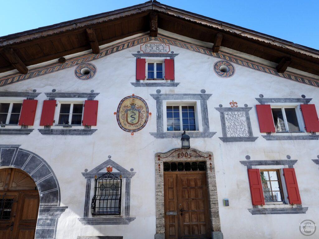 Engadinerhaus, weiß/grau/rot, mit Wappen und Sinnspruch, Filisur
