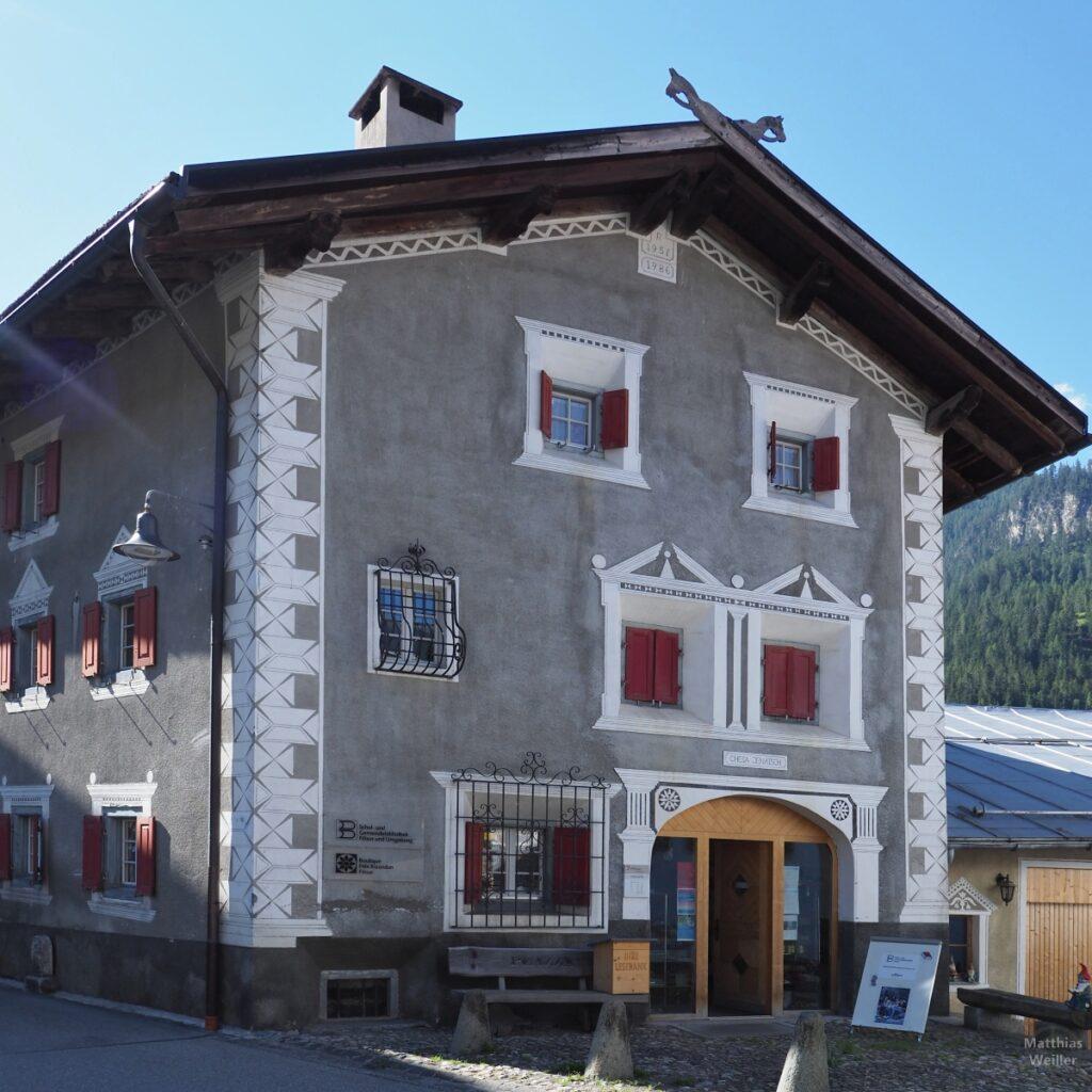 Engadinerhaus, grau/weiß, Filisur