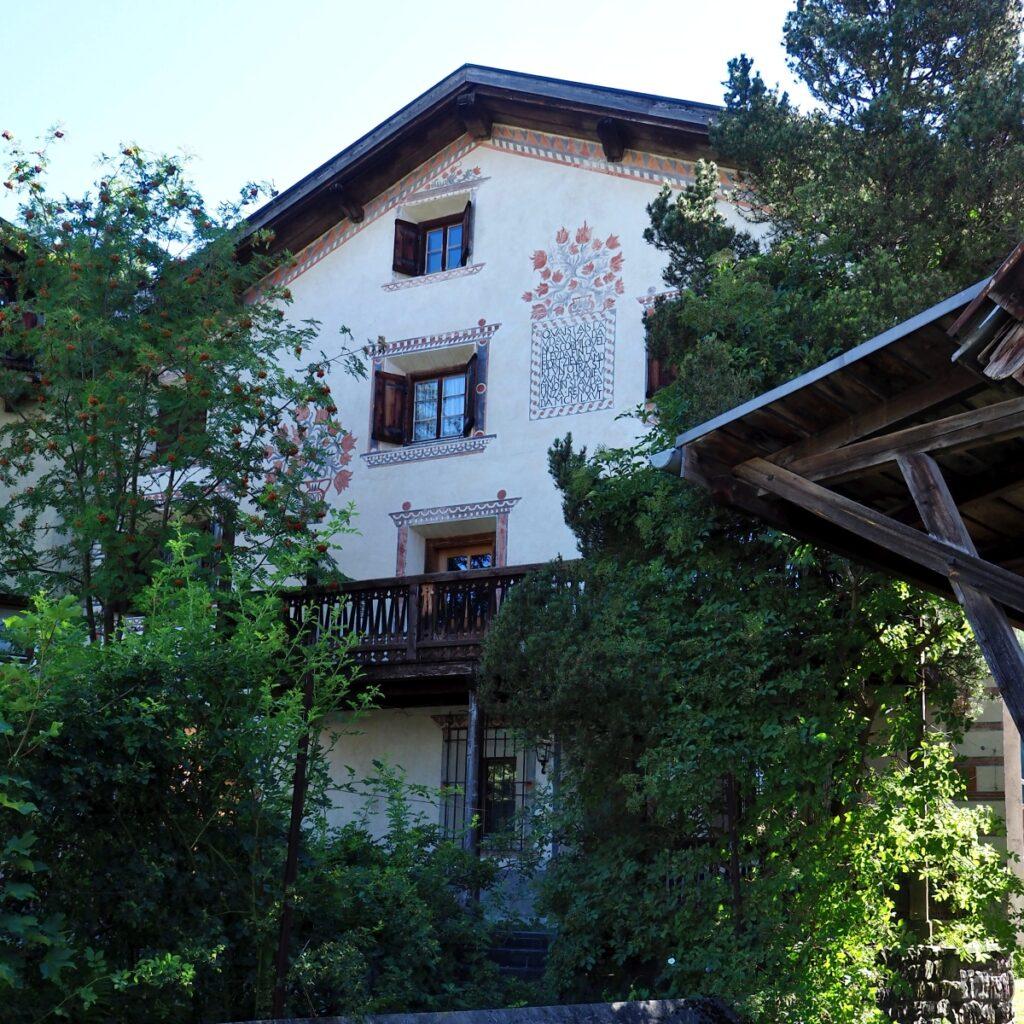 Engadinerhaus, rötliche Blumenornamente, Filisur