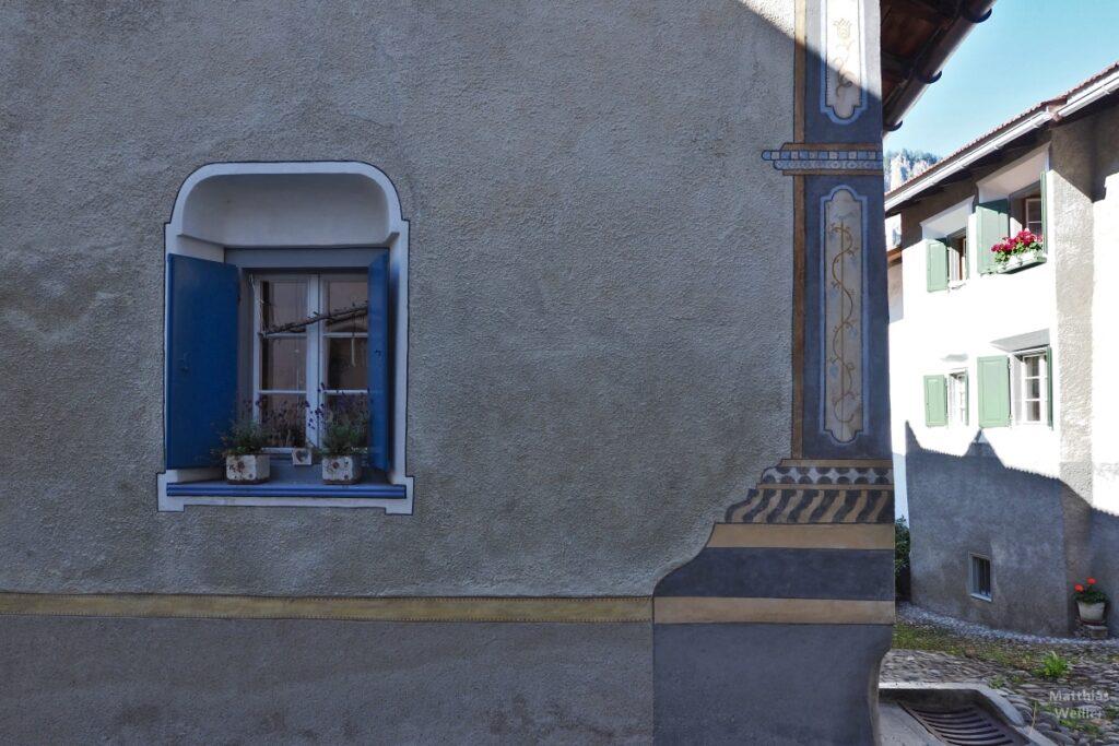 Engadinerhaus, Festner und Eckornament grau/blau, Filisur