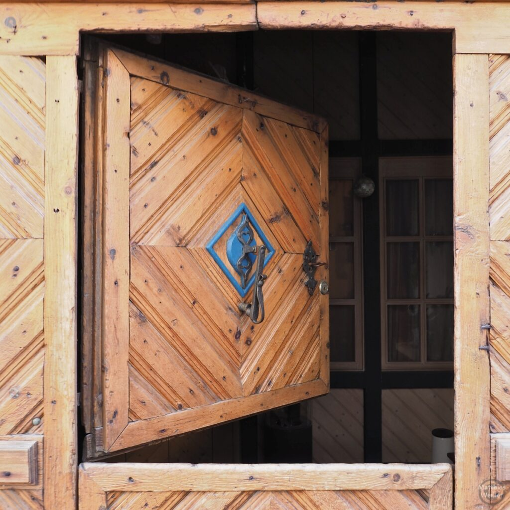 Engadinerhaus, Sule aus Holz, Teilöffnung, Filisur