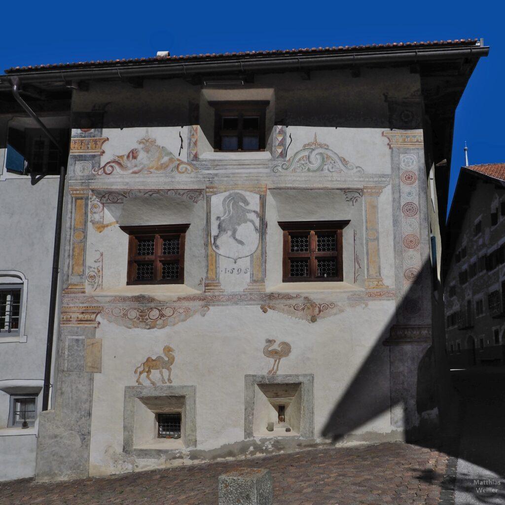 Engadinerhaus, Fassade mit Kamel, Strauß, Steinbock, verzerrte Proportionen, Filisur