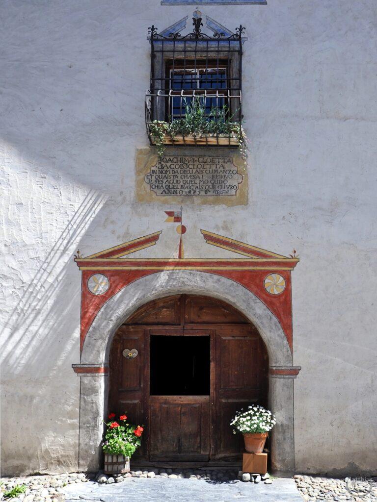 Engadinerhaus, Türtor mit rotem Tormotiv, Bergün