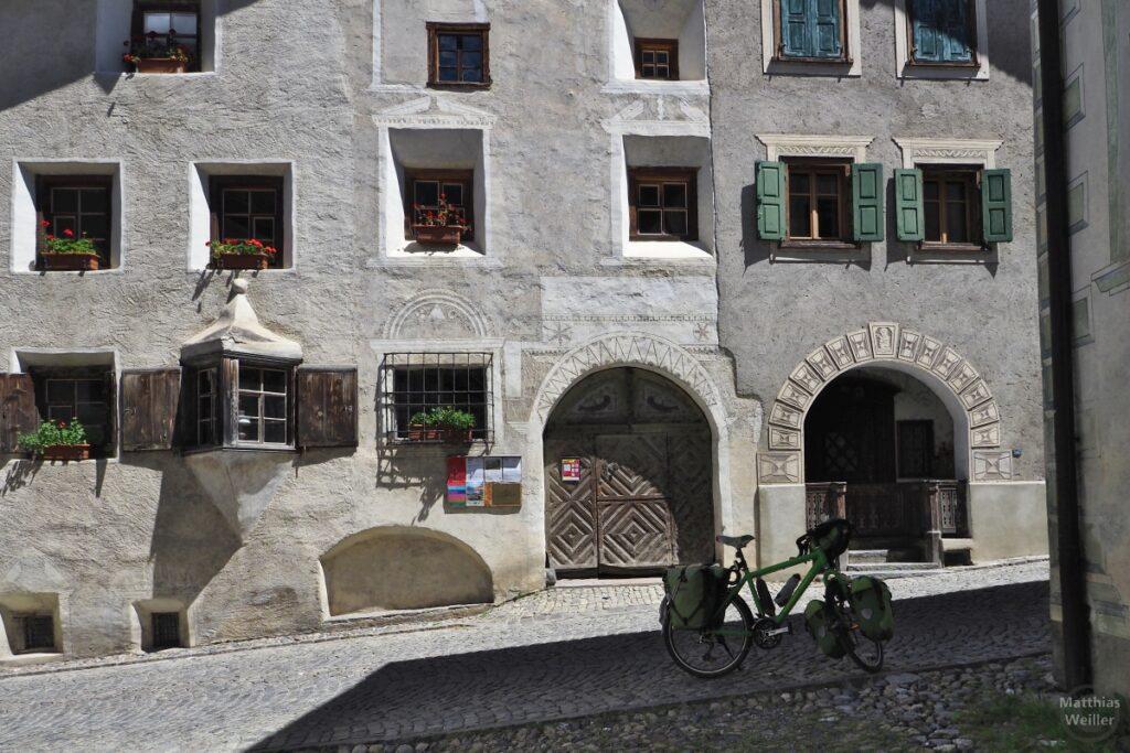 Engadinerhaus, Doppeleingang, Erker mit Holzelementen, mit grünem Reisevelo, Bergün
