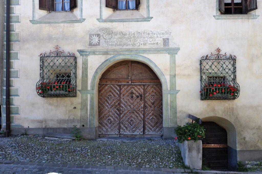 Engadinerhaus, Türtor mit zwei Blumenfenstern, Bergün