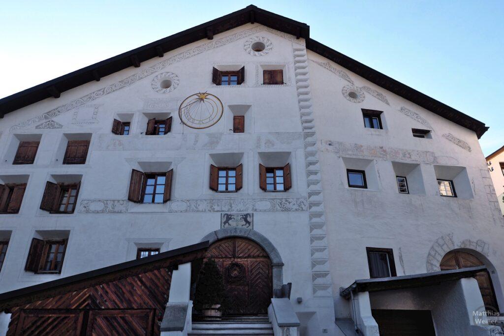 Engadinerhaus, mächtige Front, weiß/braun, mit Sonnenuhr, La Punt