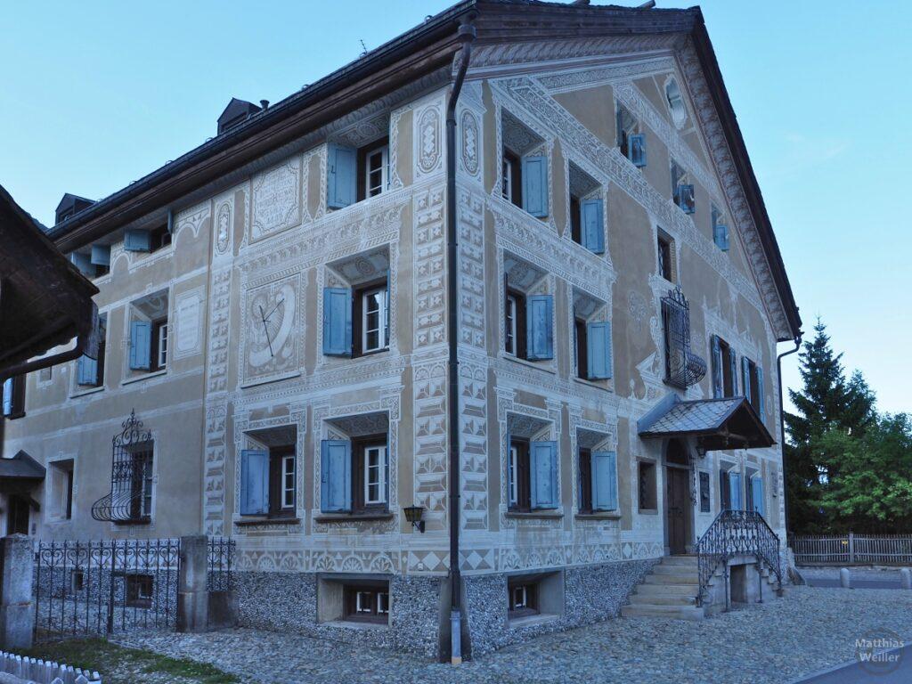 Engadinerhaus, üppige Ornamentik, sandfarben/weiß/blau, La Punt