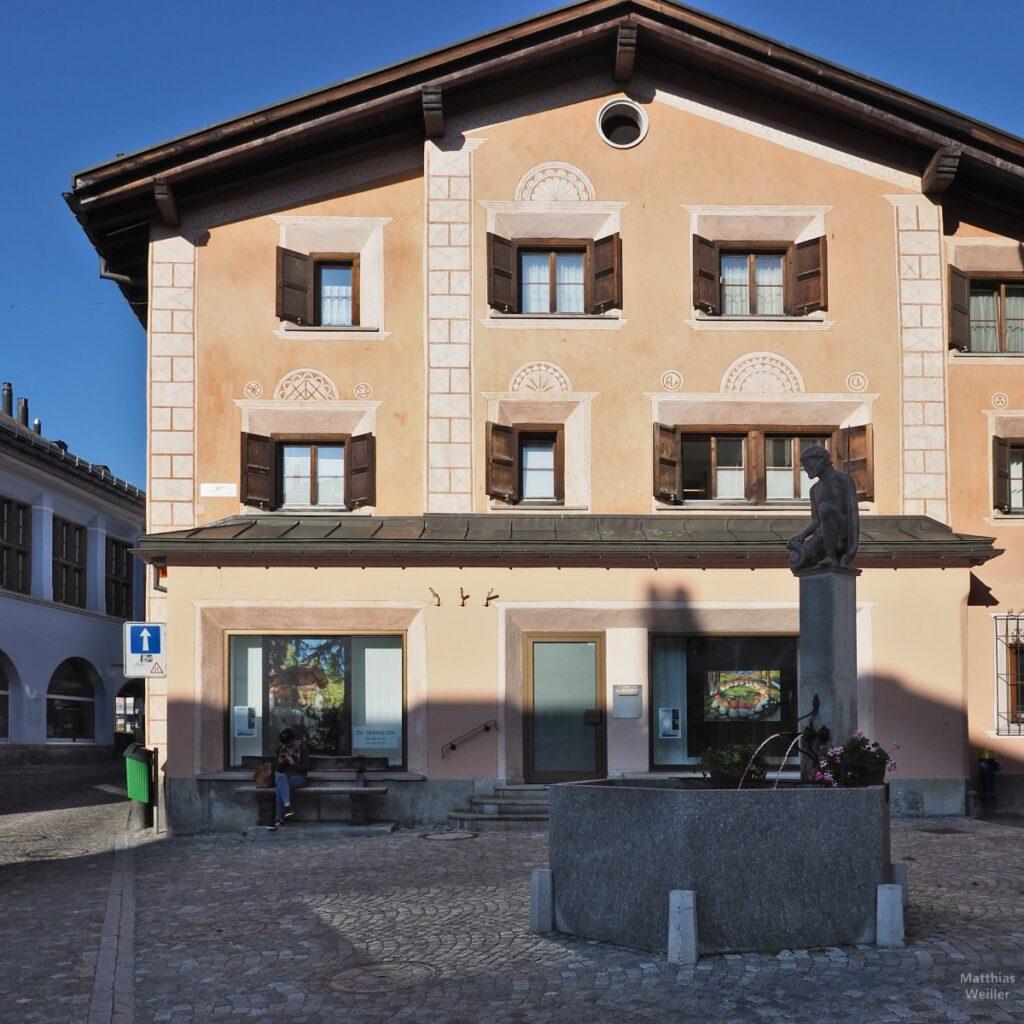 Engadinerhaus, einfache Sgarffiti-Elemente, sandfarben/weiß, Samedan