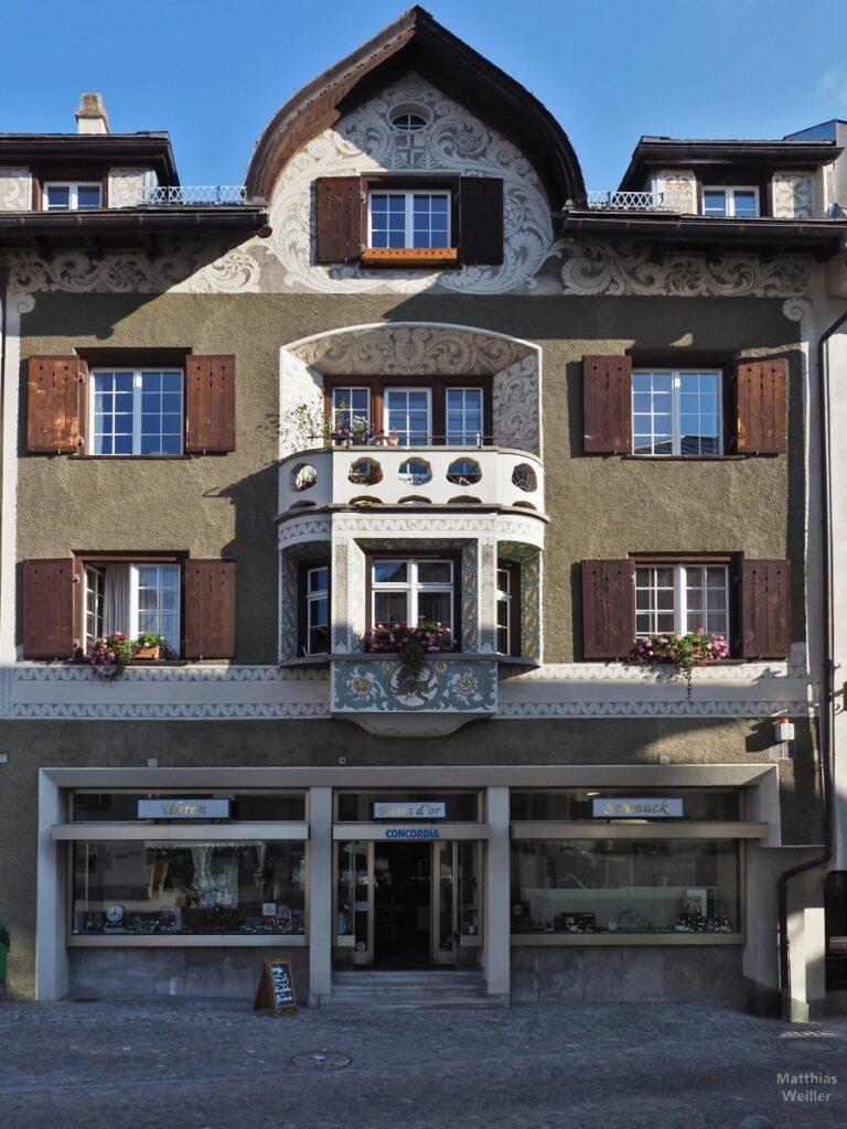 Engadinerhaus, mit Spitzhaube, Blumenornamente, Samedan