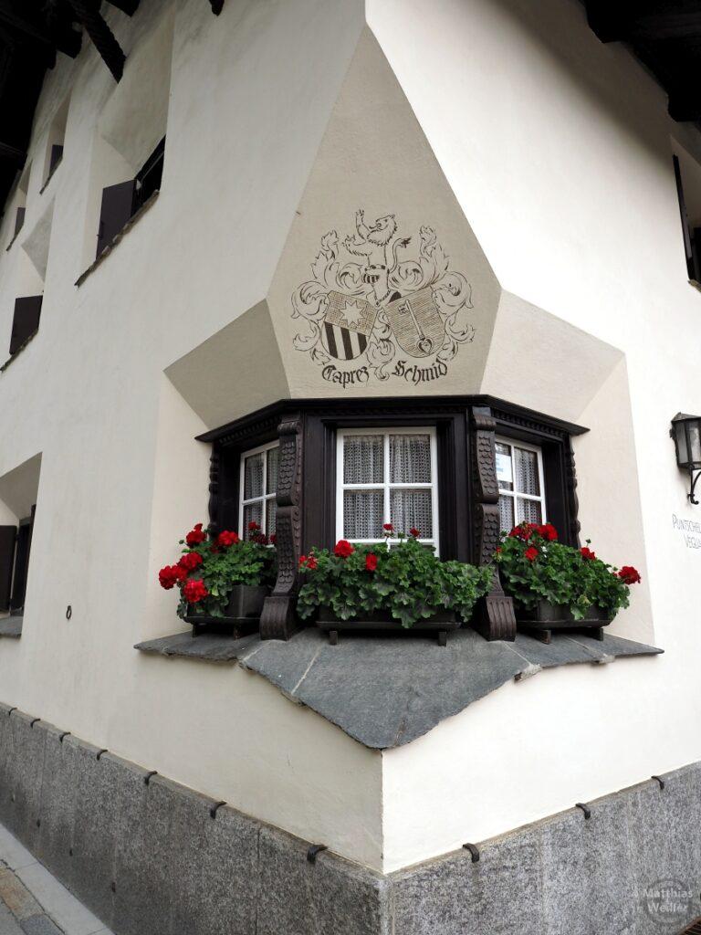 Engadinerhaus, Erker, Ausformung über Eckfenstern, mit Wappen, Pontresina