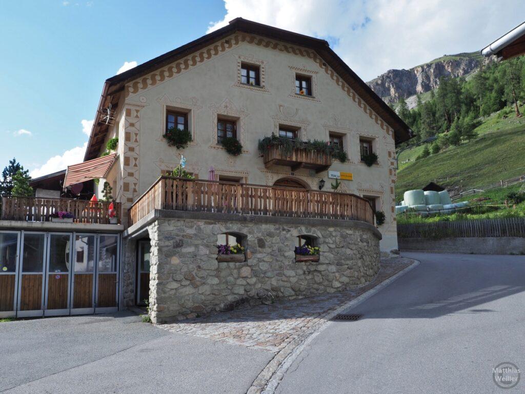 Engadinerhaus, vor Bergkulisse, Posthorn, Lü