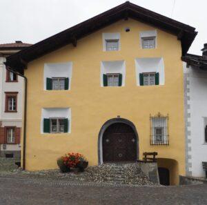 Engadinerhaus, ohne Sgraffiti, ocker/weiß/grün, Scuol