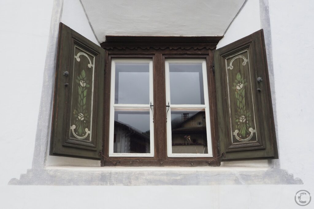 Engadinerhaus, Fensterladen mit Ornamenten, Scuol