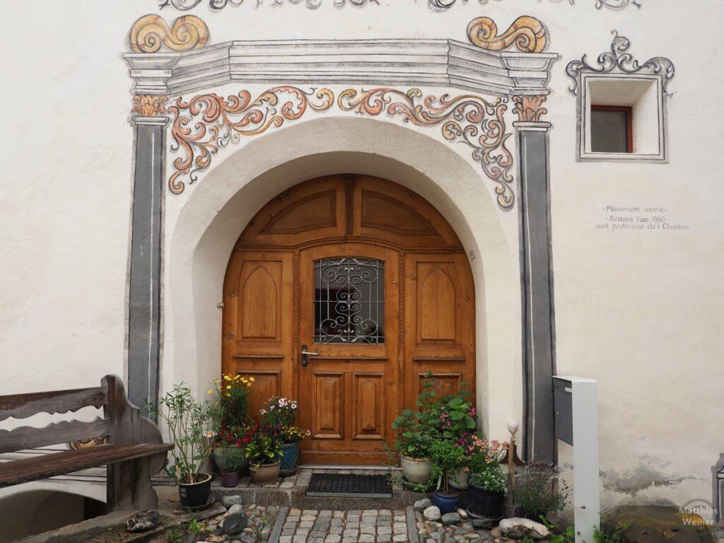 Engadinerhaus, Türtor, geschwungene Ornamente, Scuol