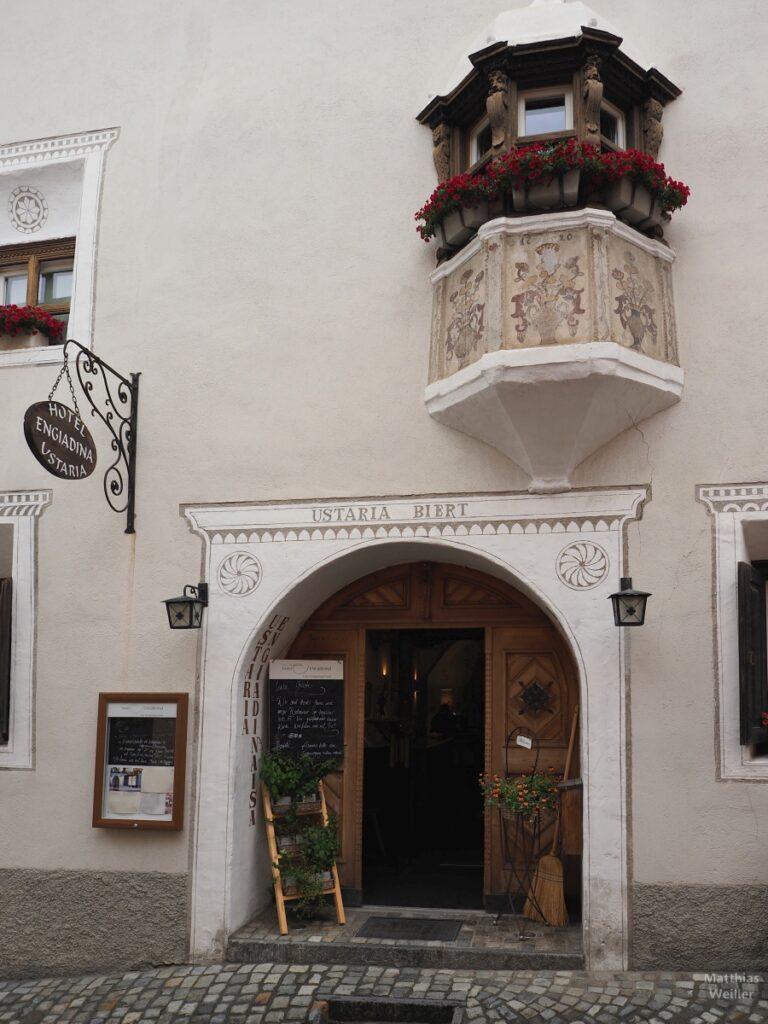 Engadinerhaus, Tür mit Erker, Blumenmotive, Scuol