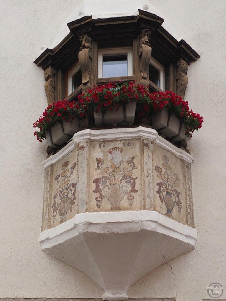 Engadinerhaus, Erker, Blumenmotive, Fenster mit Holz, Scuol