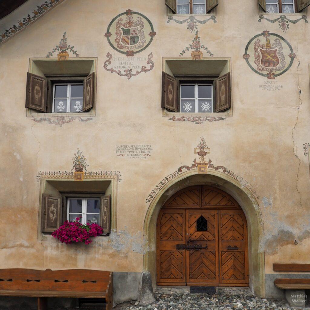 Engadinerhaus, Türtor mit Fenstern, beige/grün, filigrane Wappen, Scuol