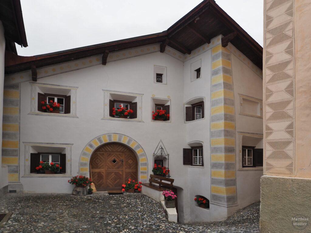 Engadinerhaus, weiß/gelb/grau, moderne Ornamente, Scuol