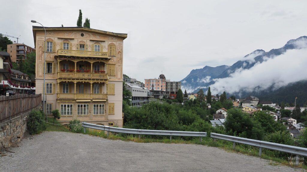 Engadinerhaus, Perspektive über Scuol mit Motivfassade