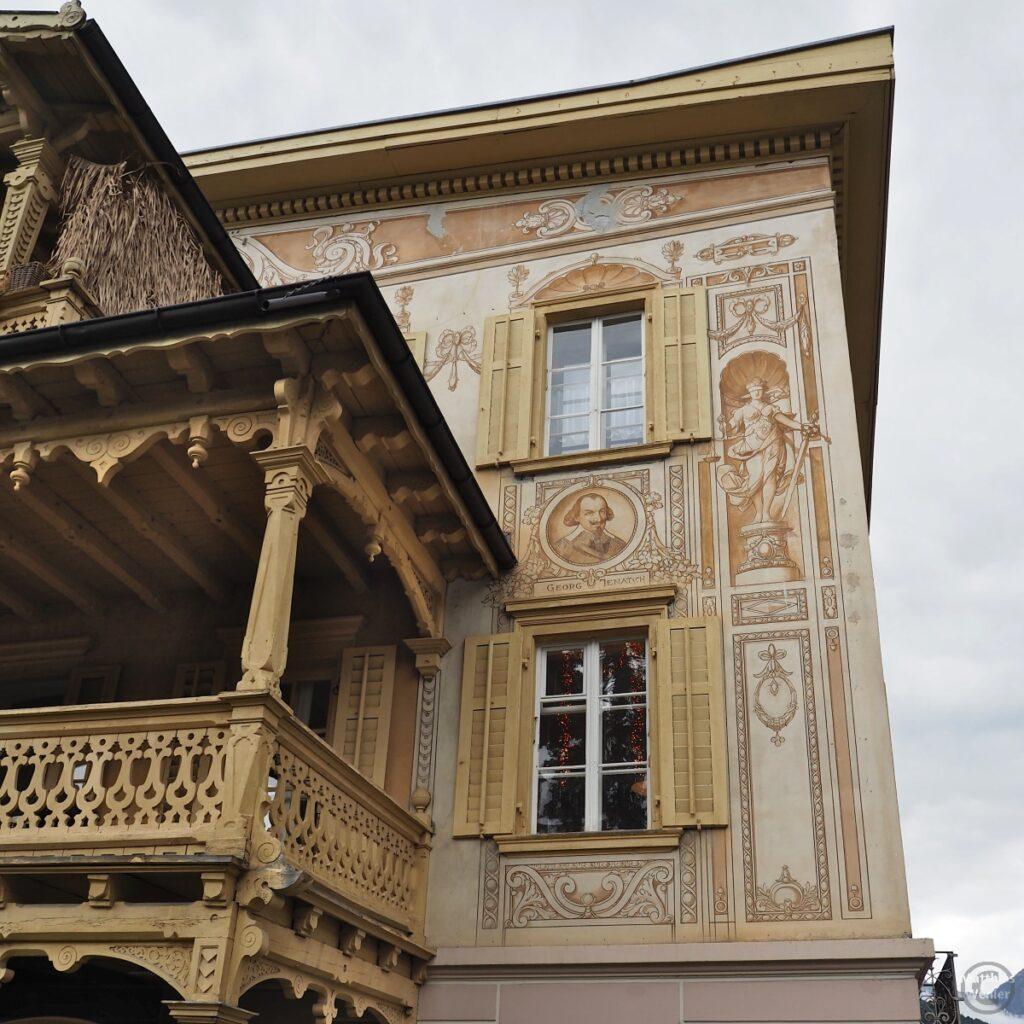 Engadinerhaus, Motiv ockerfarebn, historische Personen, Ornamente, Scuol