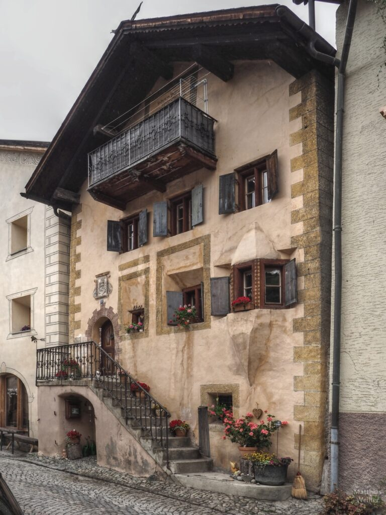 Engadinerhaus, ocker/graublau, mit Treppe, Ardez