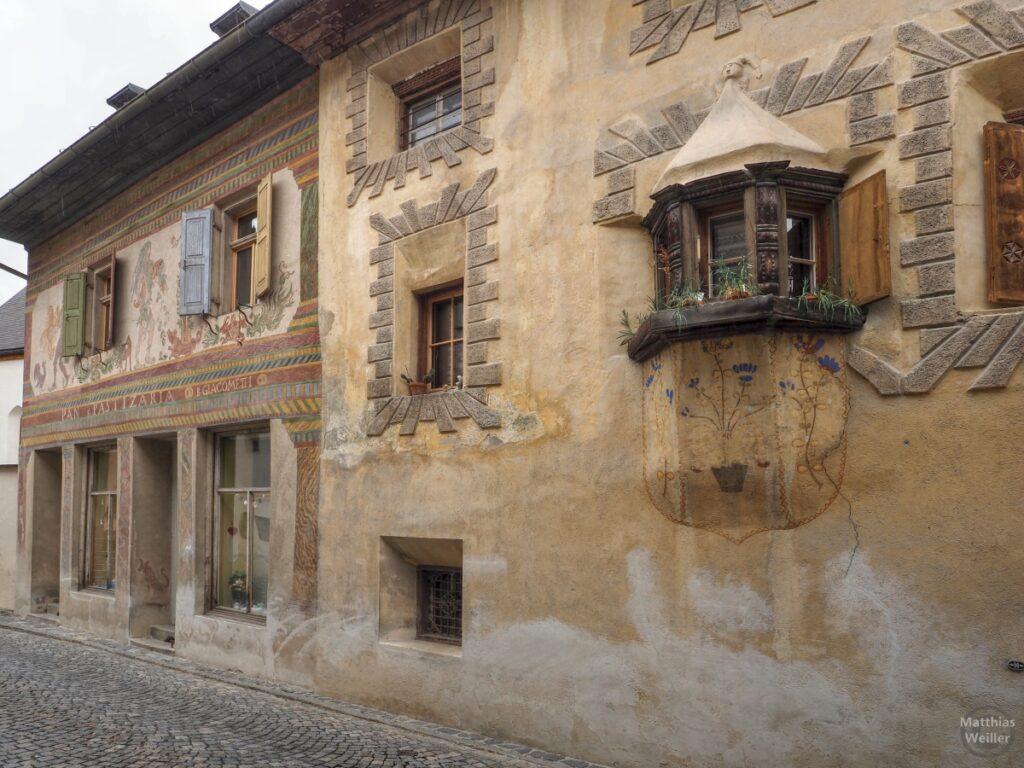 Engadinerhaus, Motivfassade und Erker mit Blumenmotiven, Ardezn